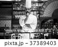 レストランに立つシェフ 37389403