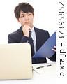 男性 ビジネスマン 悩むの写真 37395852
