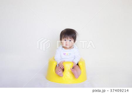 座っている赤ちゃん 37409214