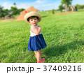 振り向く赤ちゃん 37409216