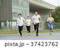 走る 大学生 笑顔の写真 37423762