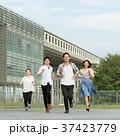 走る 若者 人物の写真 37423779