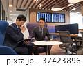 ビジネスマン 空港 打ち合わせの写真 37423896