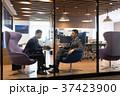 ビジネスマン 空港 打ち合わせの写真 37423900