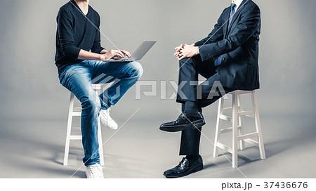 スーツと私服の男性 サラリーマンとフリーランサー 37436676