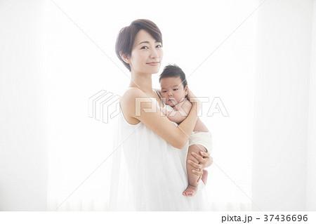 赤ちゃんを優しく抱く女性 37436696