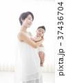 赤ちゃんを優しく抱く女性 37436704