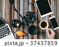 カメラ デジタルカメラ 手の写真 37437859