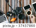 カメラ デジタルカメラ 手の写真 37437860