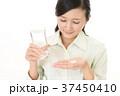 サプリメントを飲む女性 37450410