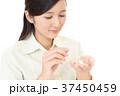 サプリメントを飲む女性 37450459