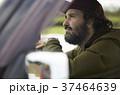 トラックを運転する外国人 37464639