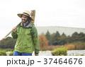 農業 鍬を持つ外国人男性 37464676