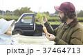 野菜 収穫 農家の女性と外国人男性 37464713