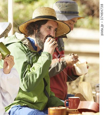 農業 休憩 昼食 外国人男性 37464738