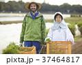 農家の女性と外国人男性 37464817