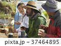 農業 休憩 昼食 外国人男性 37464895