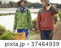 農家の男性と外国人男性 37464939