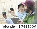 農業 苗 タブレットを見る女性と外国人男性 37465006