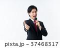 若いビジネスマン(マイク) 37468317