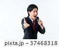 若いビジネスマン(マイク) 37468318
