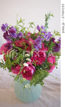 大輪咲き バラ(イブカルマン)とスイートピー、そしてコデマリのブーケ 37484105