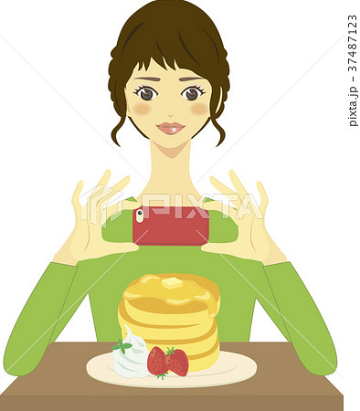 パンケーキの写真をスマホで撮影する女性 37487123
