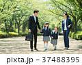 家族 小学生 通学 通勤 入学式 イメージ 37488395