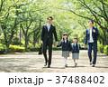 家族 小学生 通学 通勤 入学式 イメージ 37488402