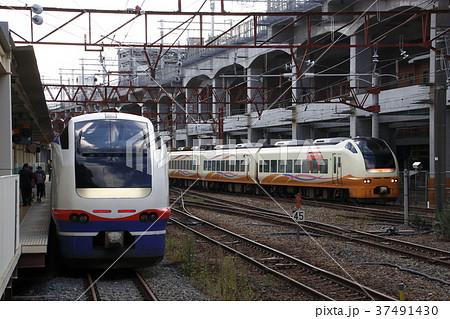 新潟駅にて、E653系電車並び 37491430
