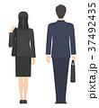 バッグを持ったスーツ姿の男女 背面 37492435