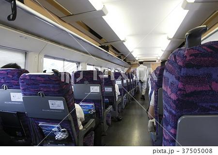 東北新幹線の車内(車内改札する車掌) 37505008