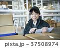 配送業 女性 タブレットの写真 37508974