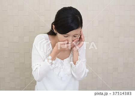 嘔吐する女性 37514383