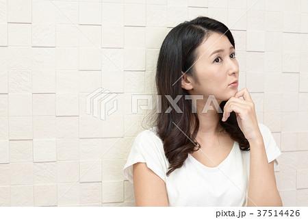 不安そうな表情の女性 37514426