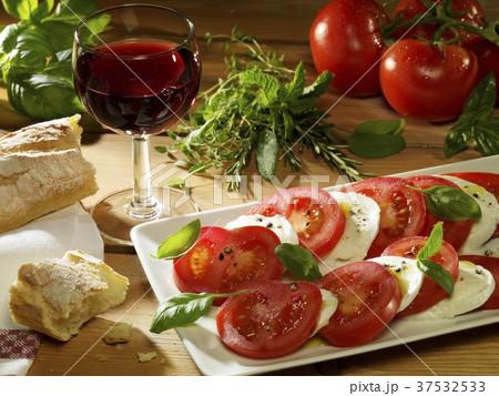 Tomato and mozzarella (still life) 37532533