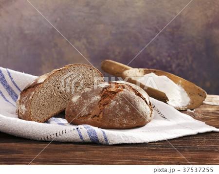 Halved sourdough loaf with rye (German) 37537255