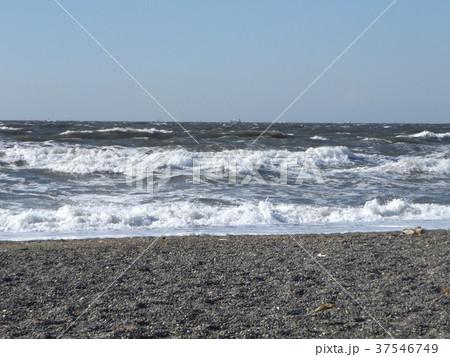 風の強い日の稲毛海岸の白波 37546749