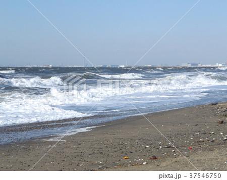 風の強い日の稲毛海岸の白波 37546750
