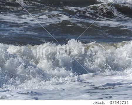 風の強い日の稲毛海岸の白波 37546752