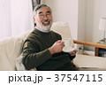 コーヒーを飲むシニア男性 リビングルーム 37547115