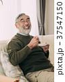 コーヒーを飲むシニア男性 リビングルーム 37547150