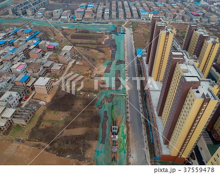 空撮した中国の高層マンション建設現場と農村の村の貧富の差 37559478