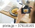カフェで食べ物を撮影する女性 37618165