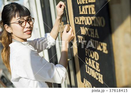 カフェで働く女性 フードビジネス 37618415