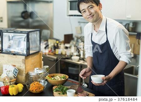 カフェで働く男性 フードビジネス 37618484