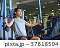 スポーツジムで運動する男性 37618504