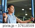 スポーツジムで運動する男性 37618509