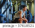 スポーツジムで運動する男性 休憩 37618521