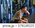 スポーツジムで運動する男性 休憩 37618525